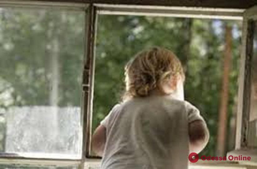 В Одесской области двое маленьких детей выпали из окна больницы