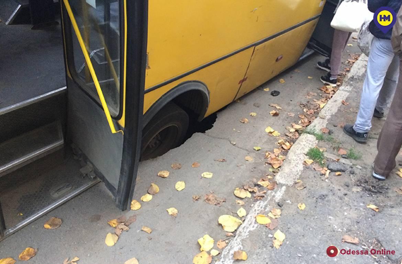 В Белгороде-Днестровском маршрутка на ходу провалилась под асфальт