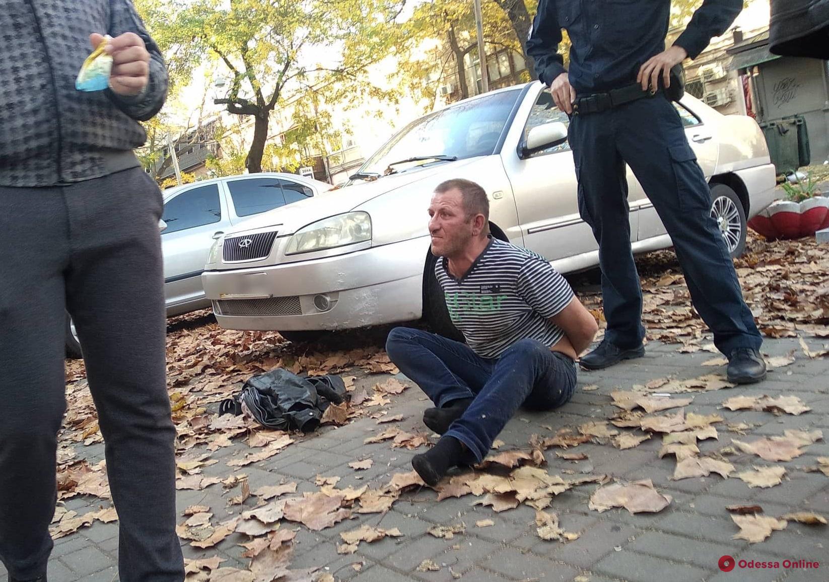 В Одессе пьяный неадекват бросался на полицейских
