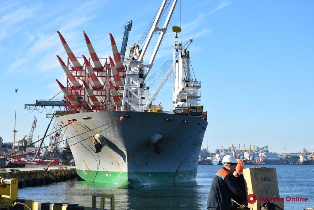 В Черноморском порту разгрузили судно с лопастями для ветроэлектростанций