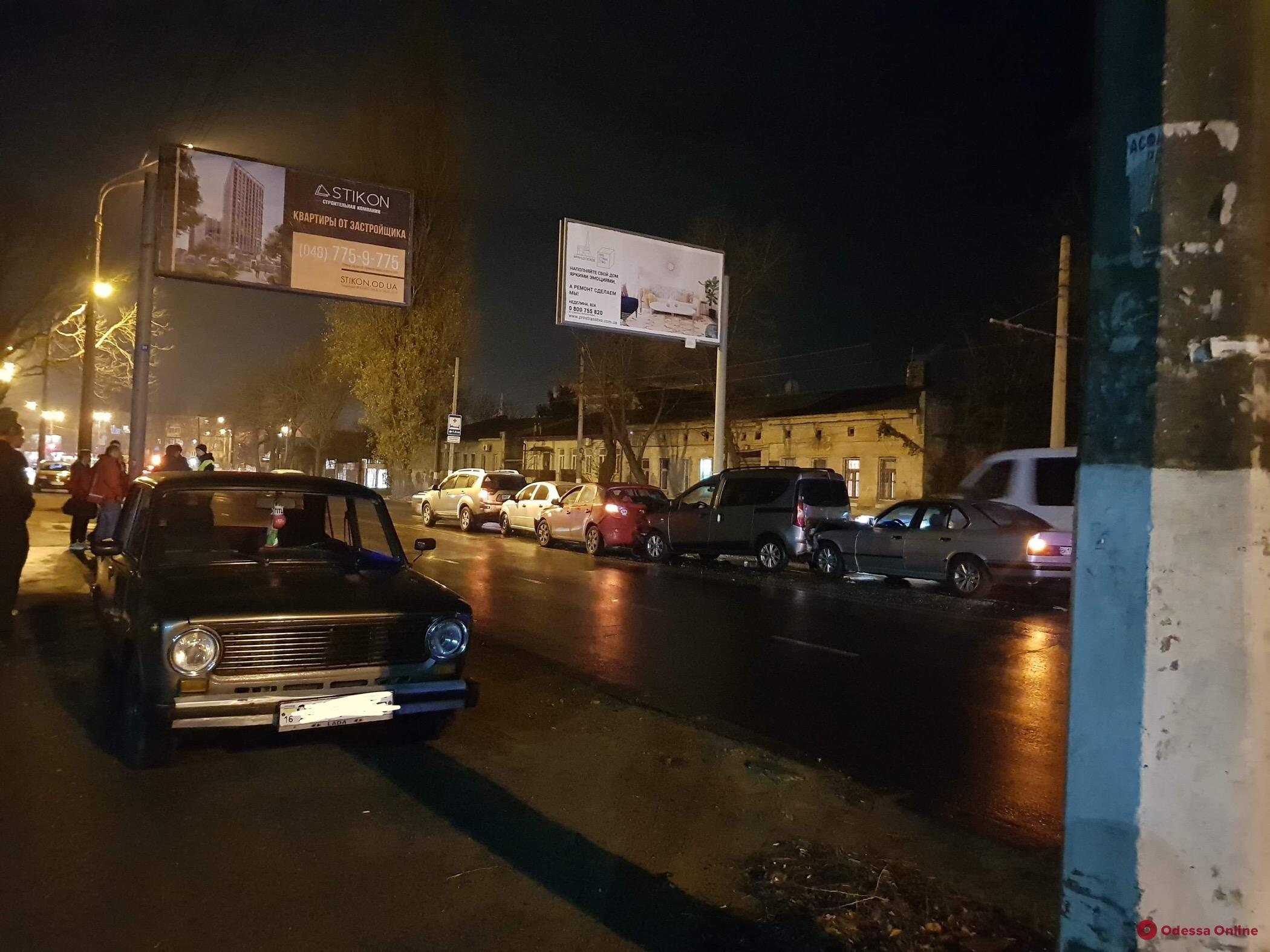 Пять машин столкнулись на Люстдорфской дороге в Одессе