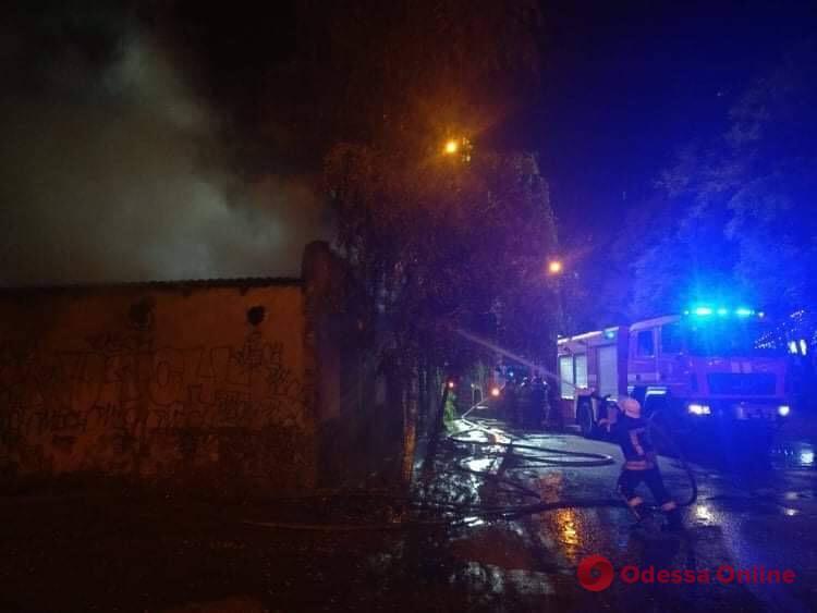На Таирова горит заброшенное кафе (видео)