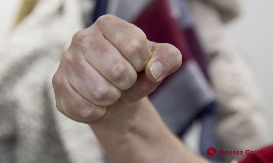 На поселке Котовского парень избил и ограбил прохожего