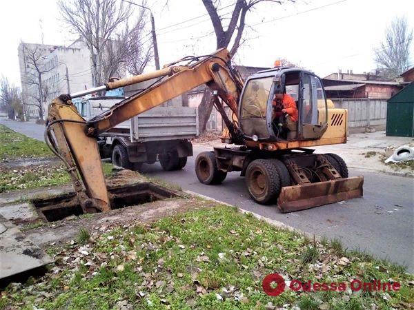 В Одессе чистят ливневые коллекторы