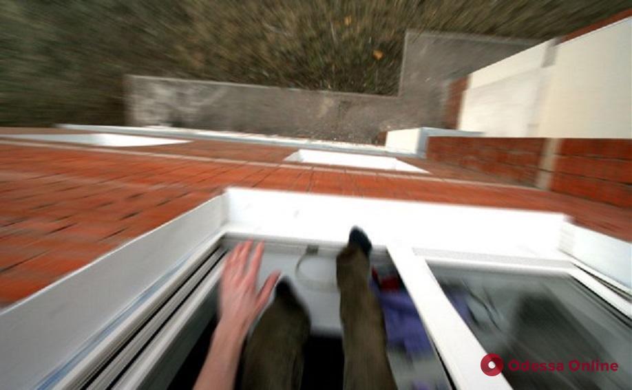 На Таирова мужчина выпрыгнул из окна 7-го этажа