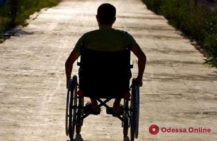 Патрульные помогли одесситу, у которого сломалось инвалидное кресло (видео)