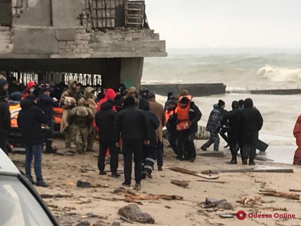 В Одессе приступили к принудительной эвакуации экипажа севшего на мель танкера Delfi (фото, видео, обновляется)
