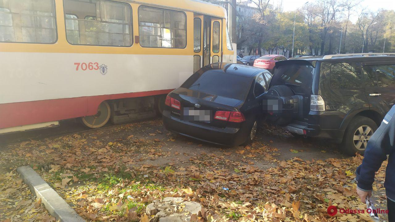 Легковушка vs трамвай: на Фонтанской дороге произошло ДТП