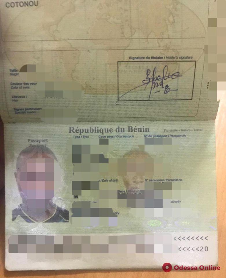 В Одесском аэропорту задержали африканца с поддельной визой