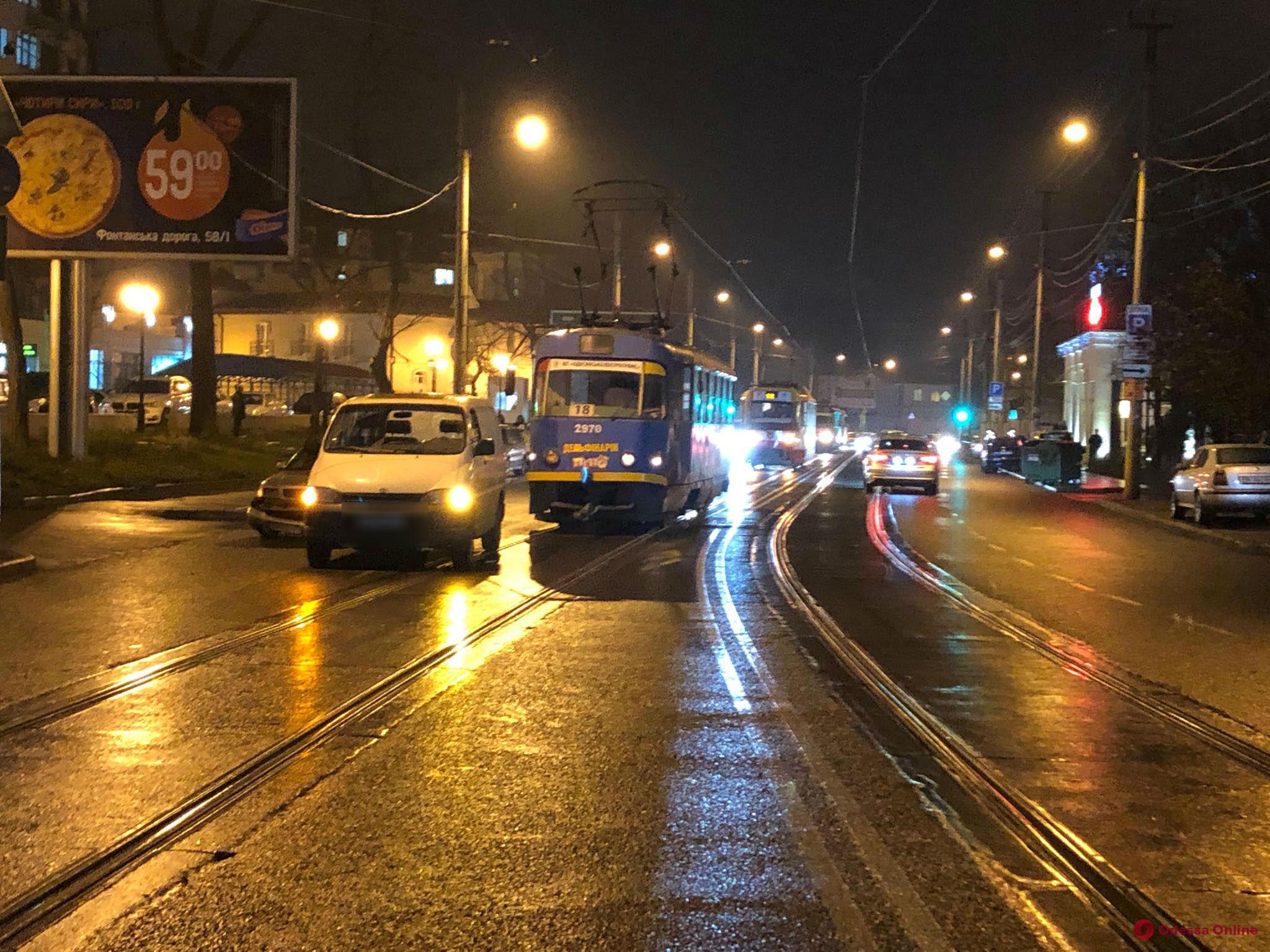 Из-за ДТП на Фонтане остановились трамваи