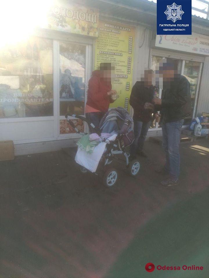 В Одессе вдрызг пьяная горе-мать разгуливала по рынку с младенцем