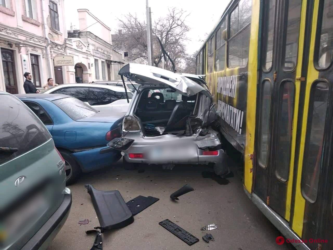 ДТП на Старопортофранковской: авто зажало между трамваем и припаркованными машинами