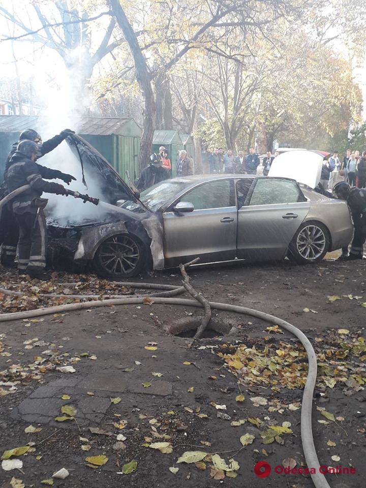 На Черемушках возле суда подожгли автомобиль (видео)