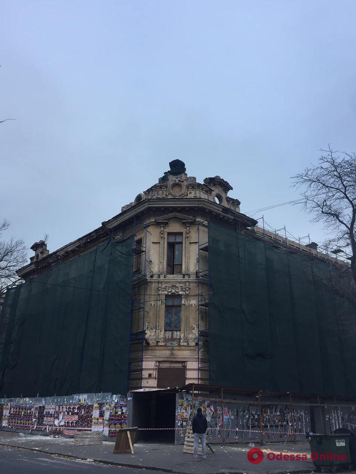 В центре Одессы рабочие сбивали элементы декора с дома-памятника архитектуры (видео)