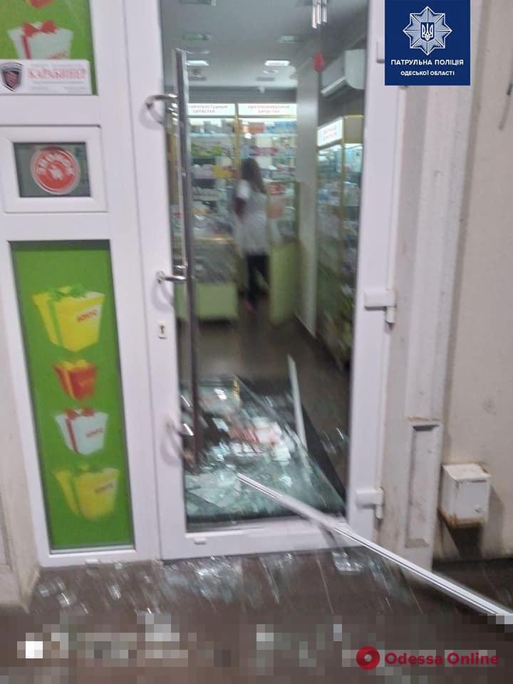 В Одессе пьяный дебошир разбил дверь аптеки