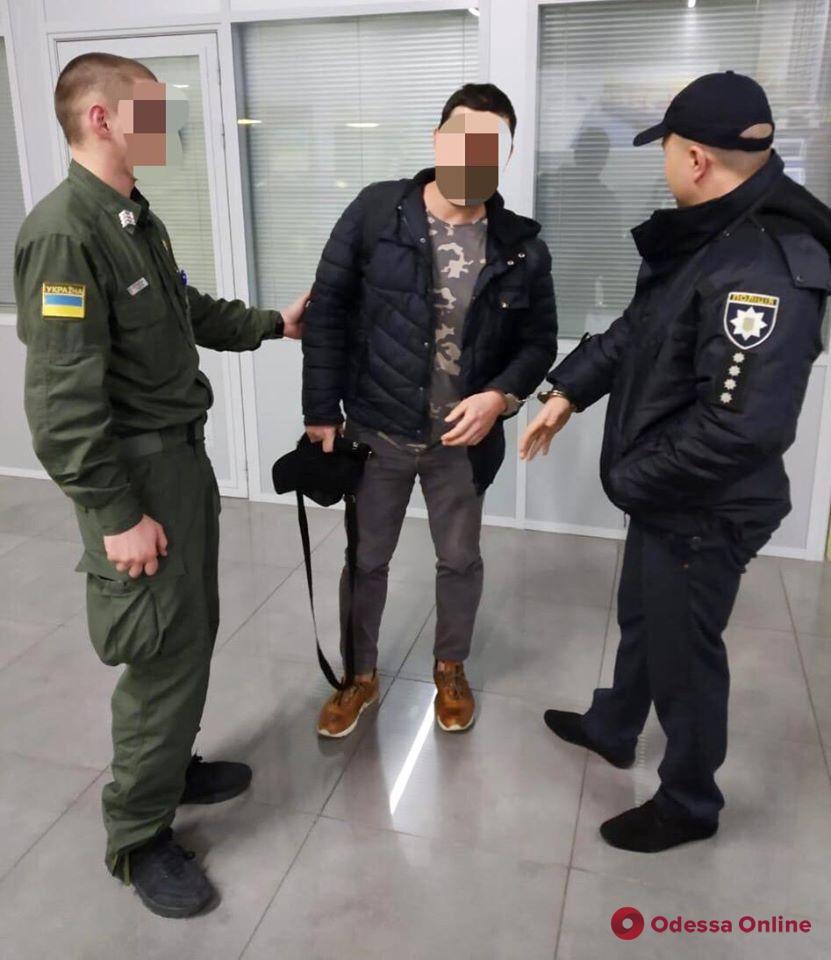 Разыскивался Интерполом: в Одесском аэропорту задержали мошенника
