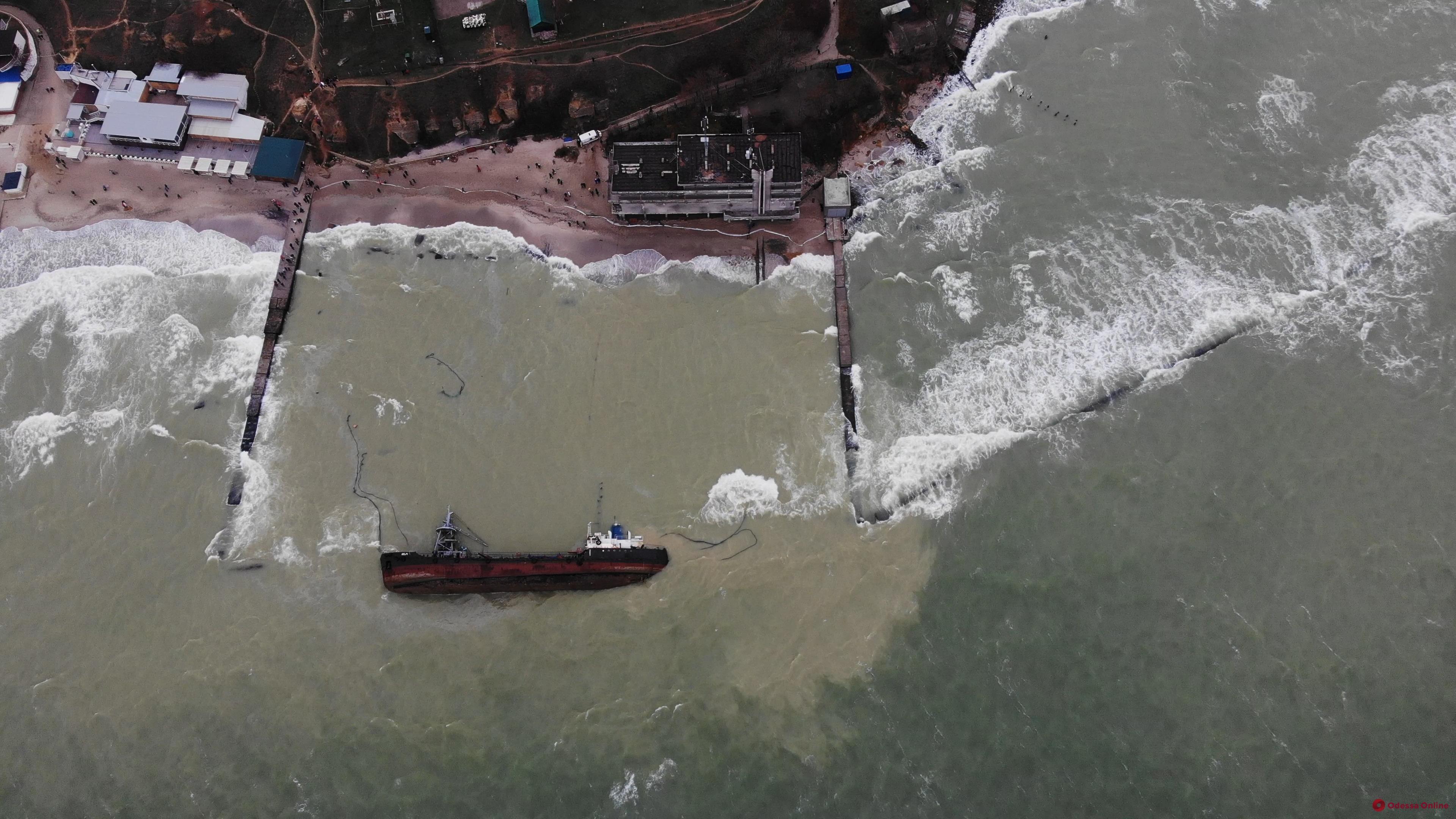 Место крушения танкера Delfi привлекло массу фототуристов — видео с дрона