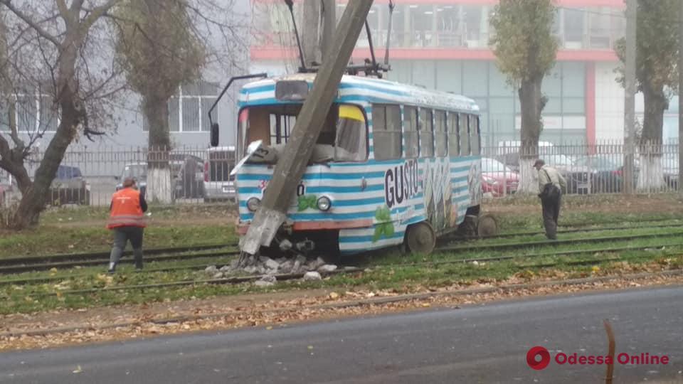 В Одессе трамвай сошел с рельсов и врезался в столб (обновлено)