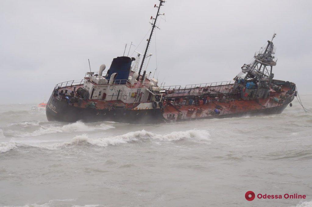 Танкер Delfi кормой сел на мель у пляжа «Дельфин» — экипаж не хочет эвакуироваться (фото, видео)