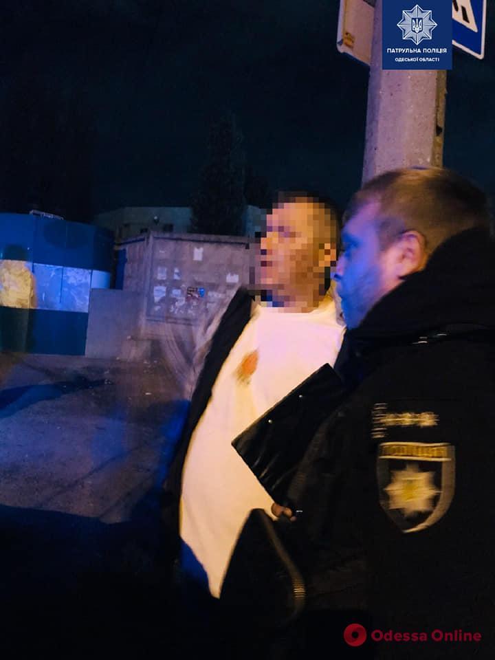 На Николаевской дороге вооруженный неадекват бросался на прохожих