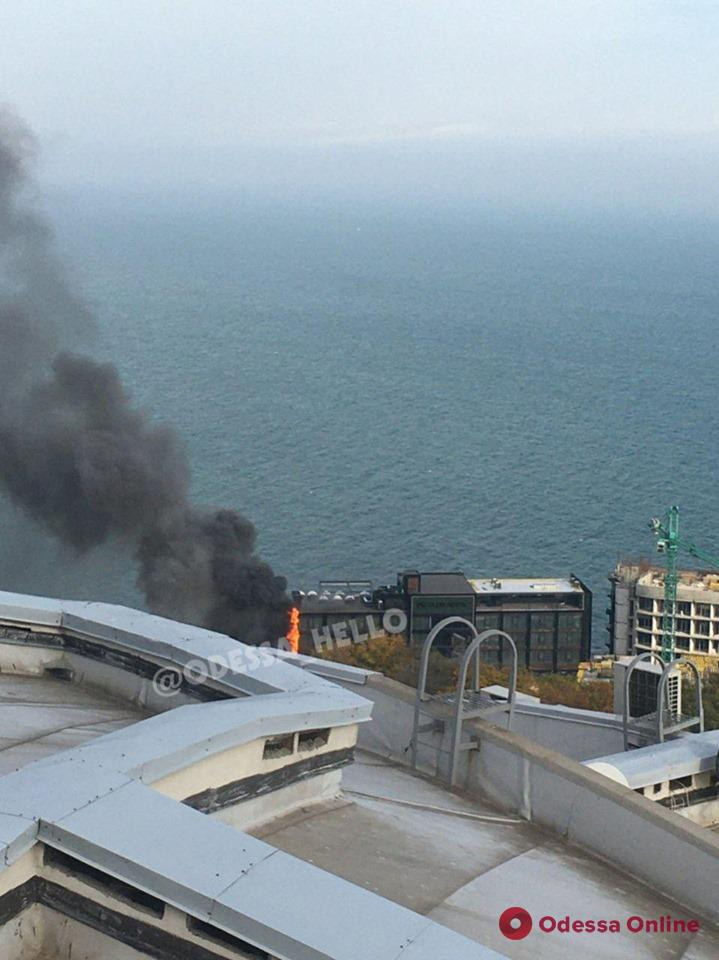 На Ланжероне горит гостиница (обновляется, фото, видео)
