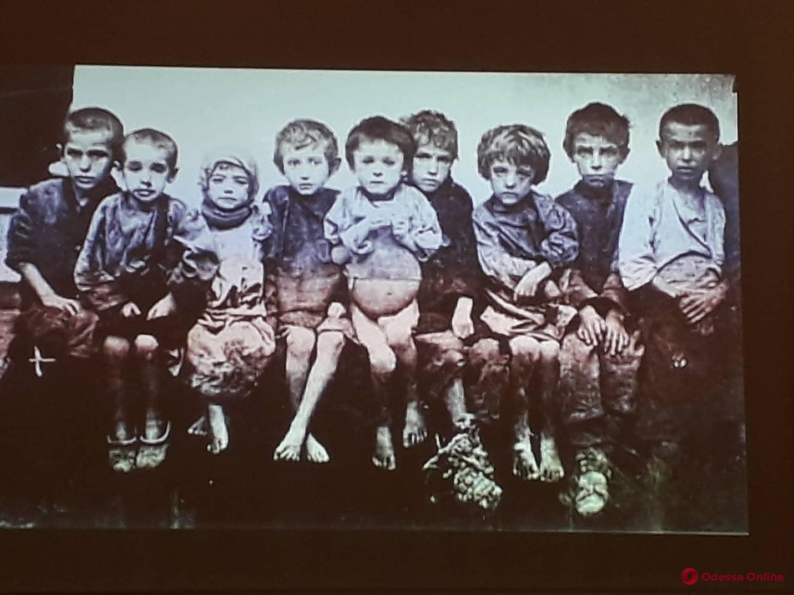 Пугающие фотокадры, книги и документы: в Одессе открылась выставка о Голодоморе (фото)