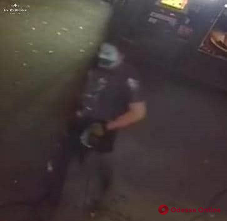 В хэллоуиновской маске: появилось фото одного из вандалов, разбивших памятную доску одесскому патриоту