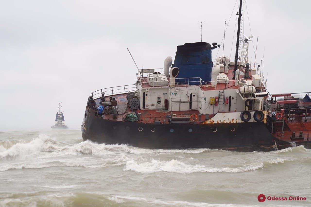 Сорванный с якоря танкер Delfi сел на мель у берегов Одессы