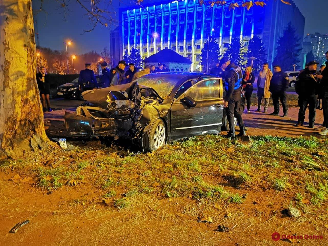 Ночью на проспекте Шевченко Toyota врезалась в дерево