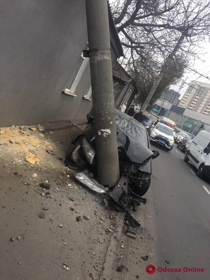 На Грушевскогo автомобиль протаранил электроопору и оставил людей без света (обновлено)