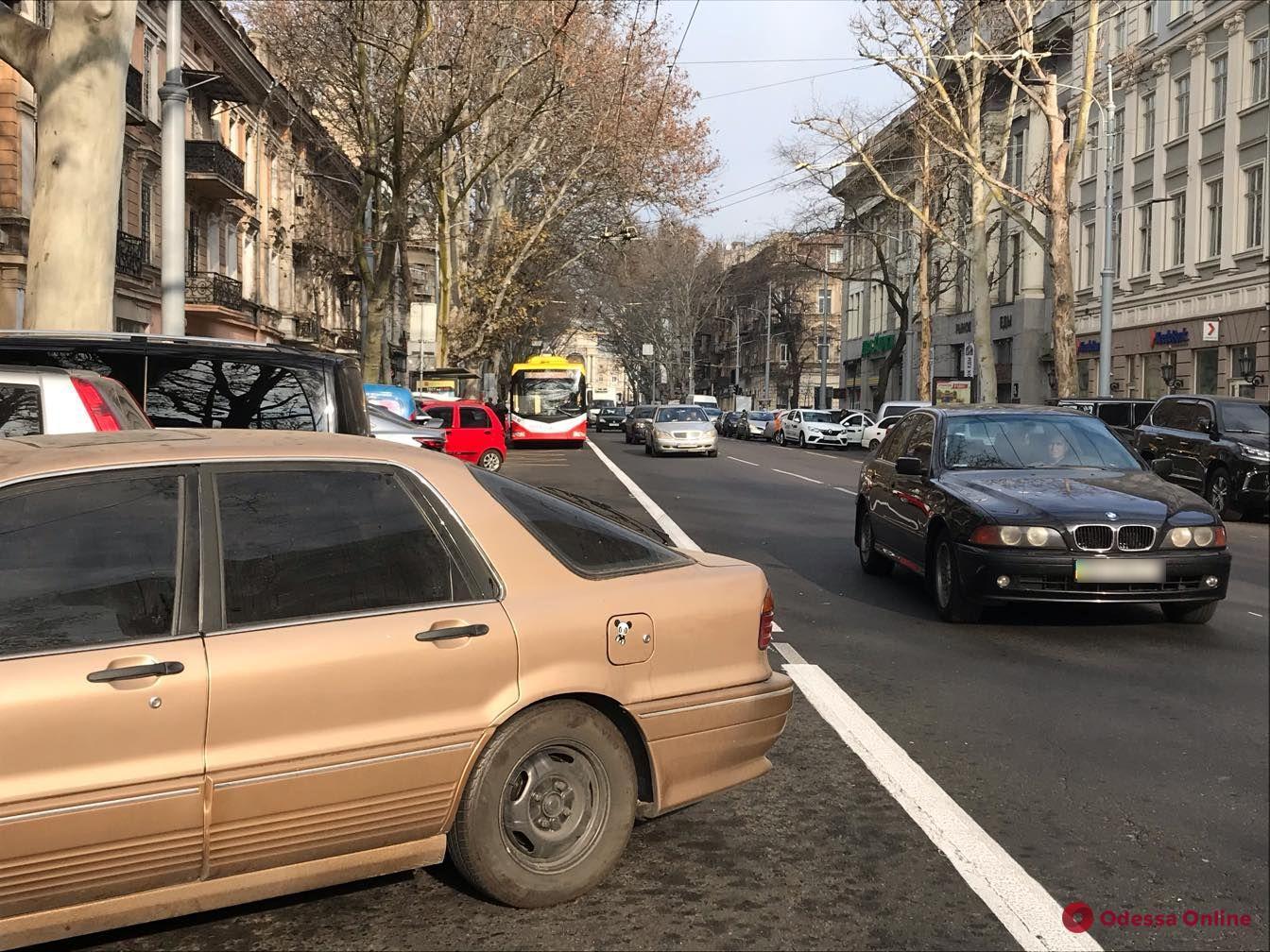 На Ришельевской автохамы продолжают парковаться на полосе для общественного транспорта