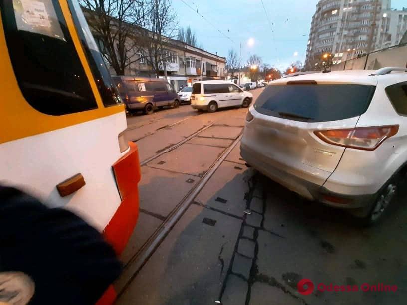 Автоледи заблокировала движение трамваев возле «Привоза»