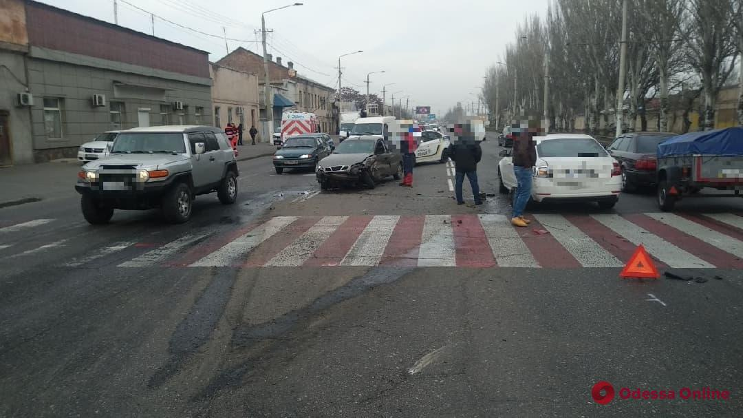 На Николаевской дороге столкнулись легковушка и «скорая» (видео, обновлено)