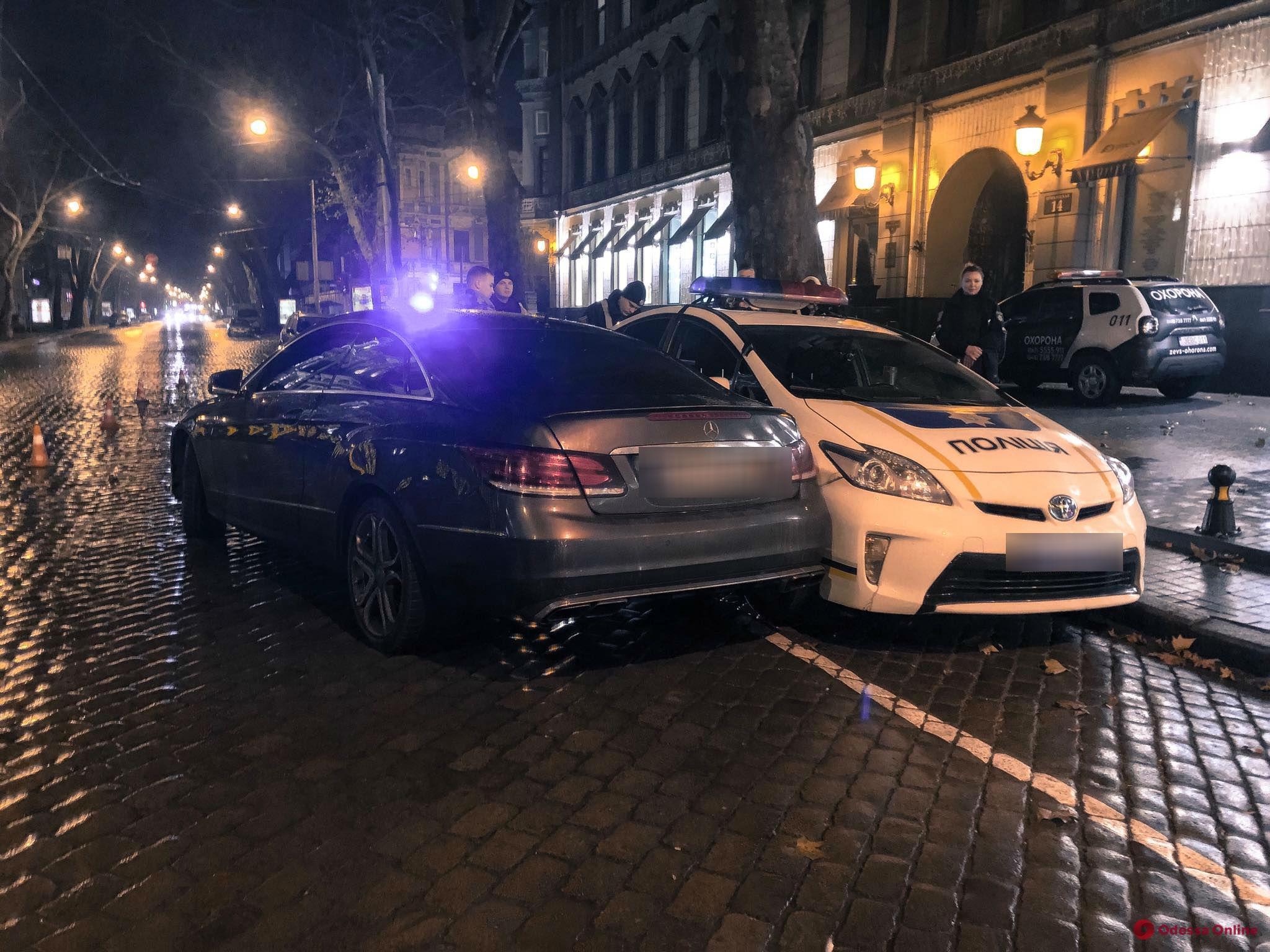 В центре Одессы Mercedes врезался в припаркованный полицейский Prius