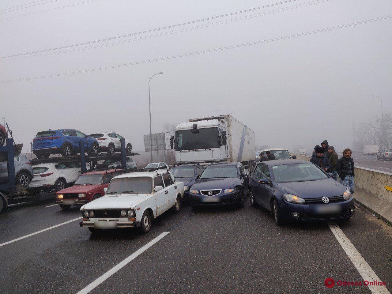 На въезде в Одессу столкнулись шесть авто