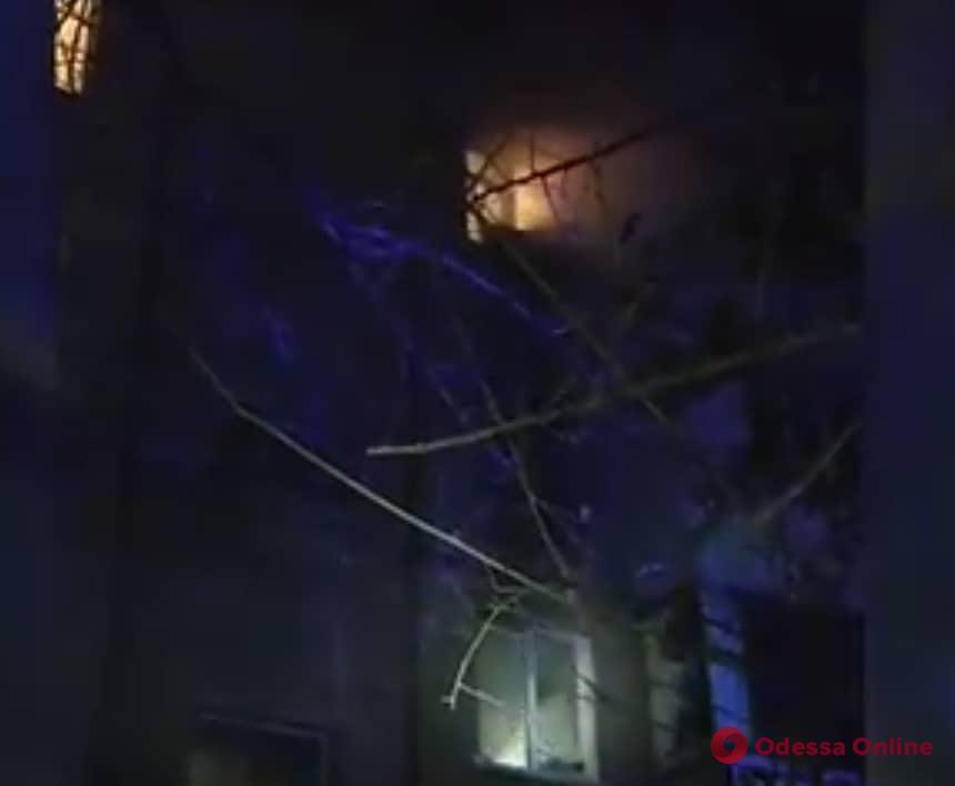 На поселке Котовского патрульные помогли жильцам выбраться из горящего дома (видео)