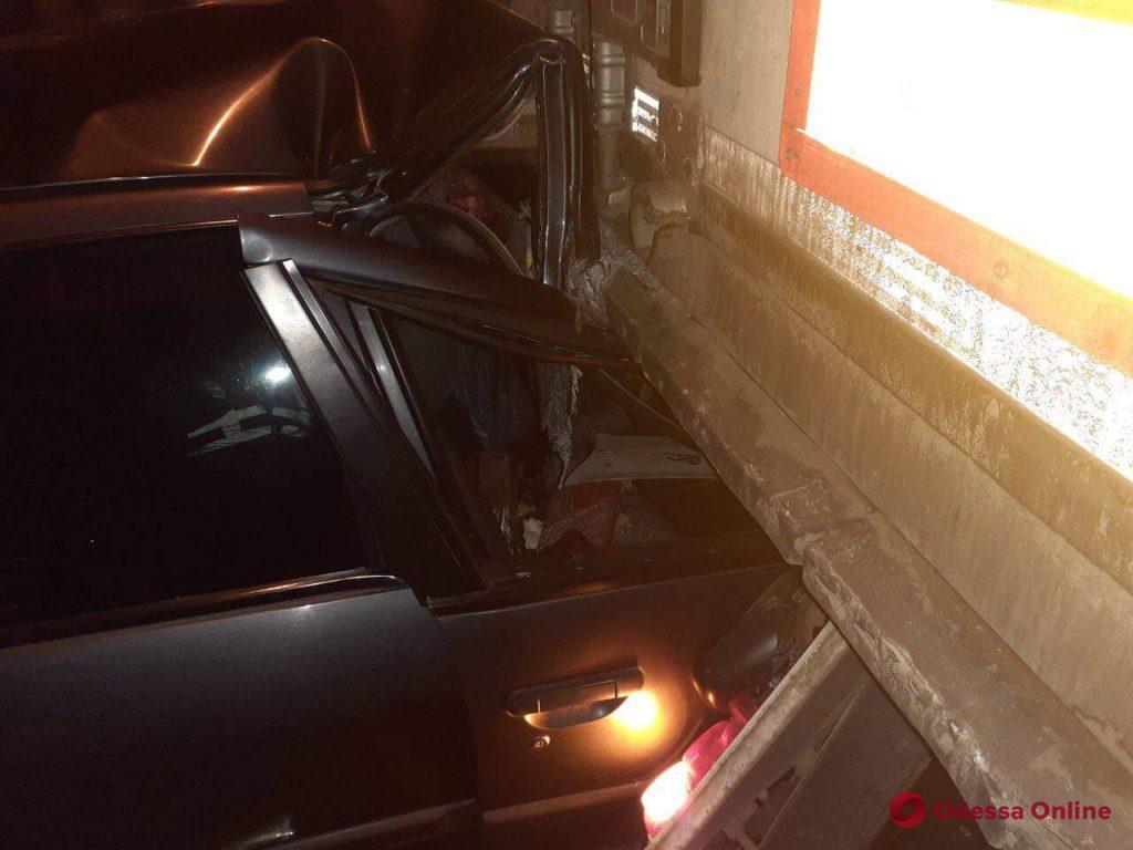 Легковушка врезалась в фуру на въезде в Одессу: водитель погиб (обновлено)