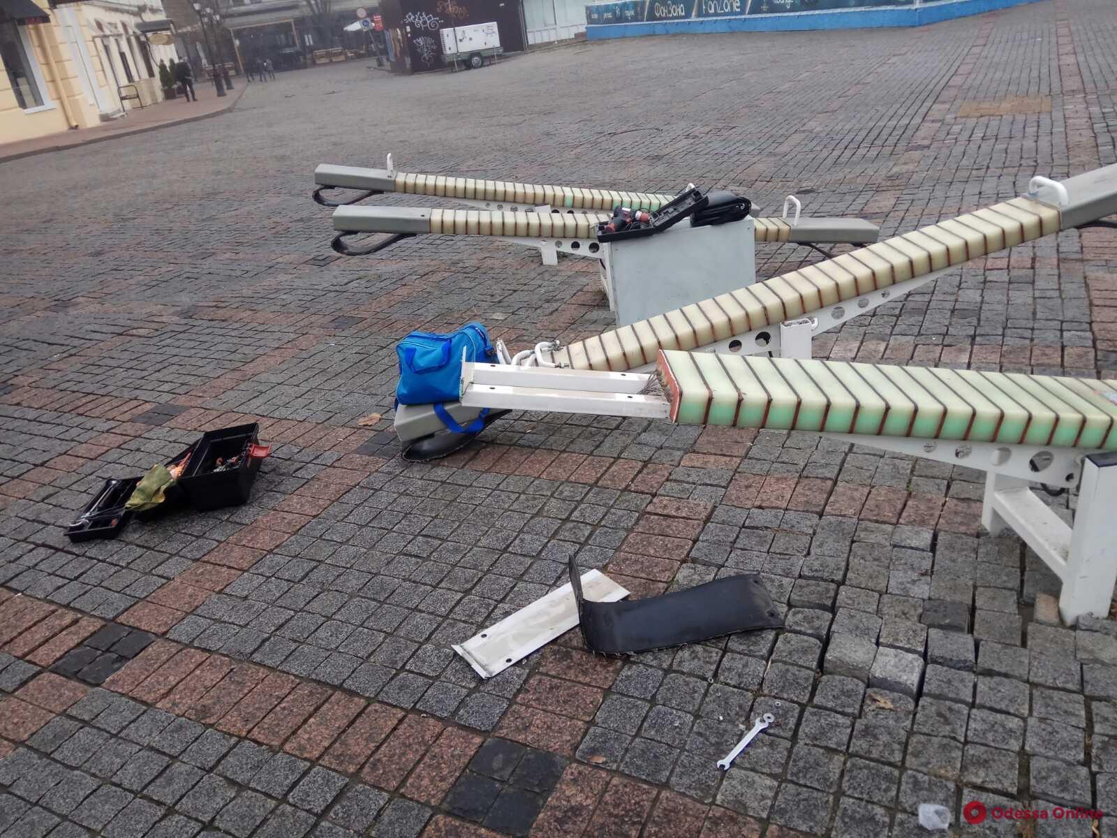 Вандалы снова повредили качели на Греческой площади