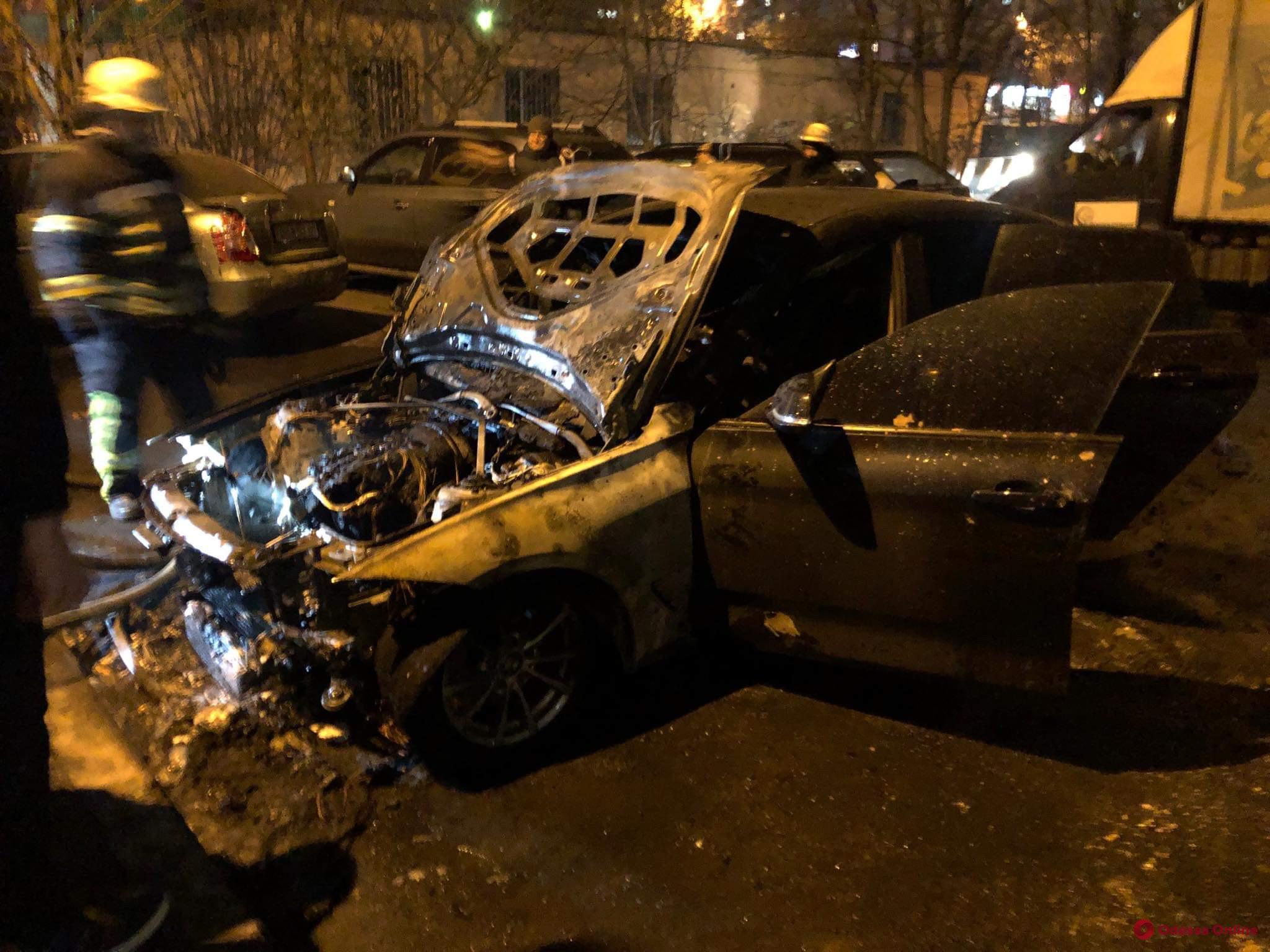 На Таирова взорвался автомобиль (фото, видео)