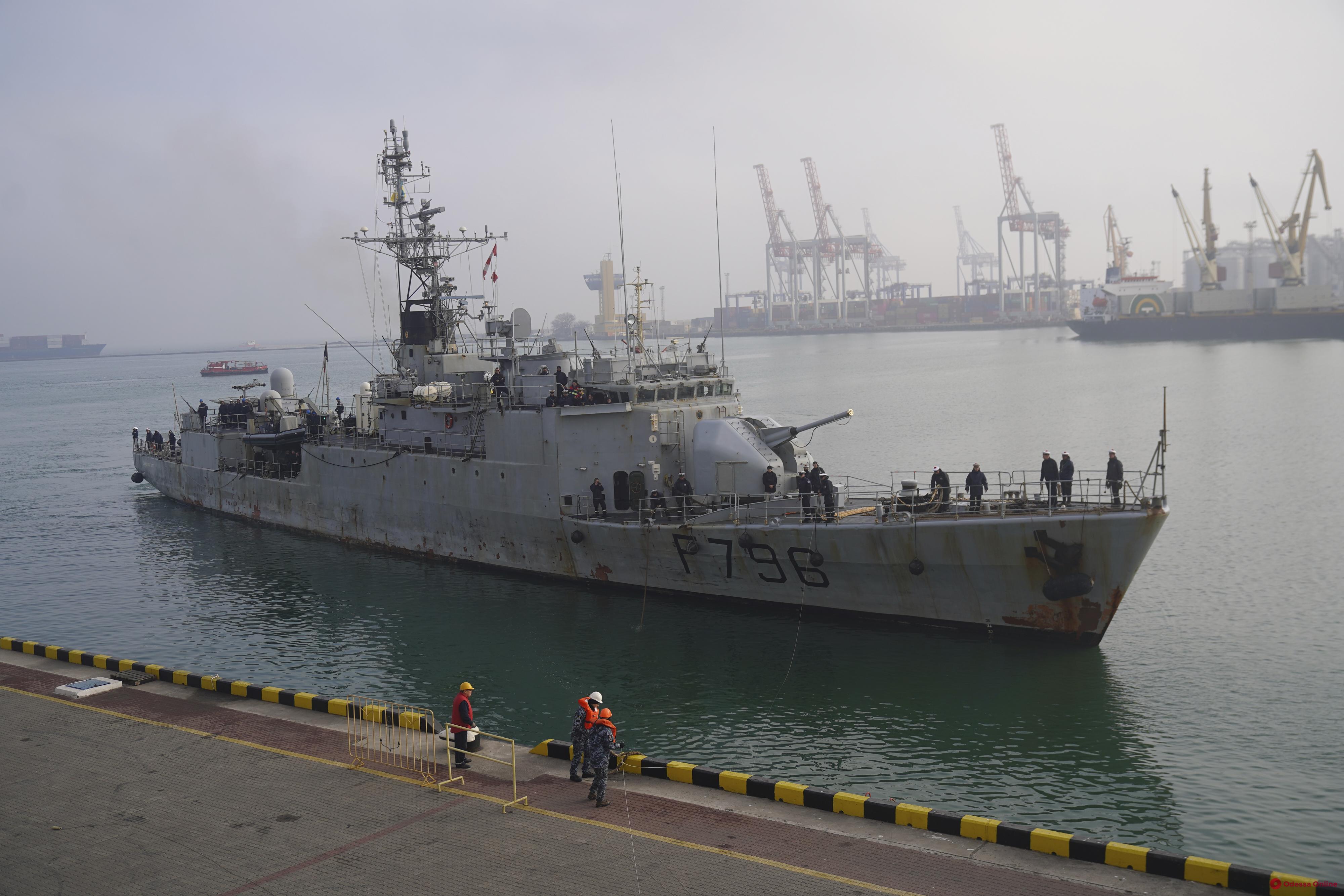 В Одесский порт зашел французский военный корабль (фоторепортаж)