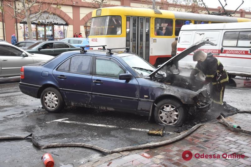 Утром на Пантелеймоновской горел Mercedes