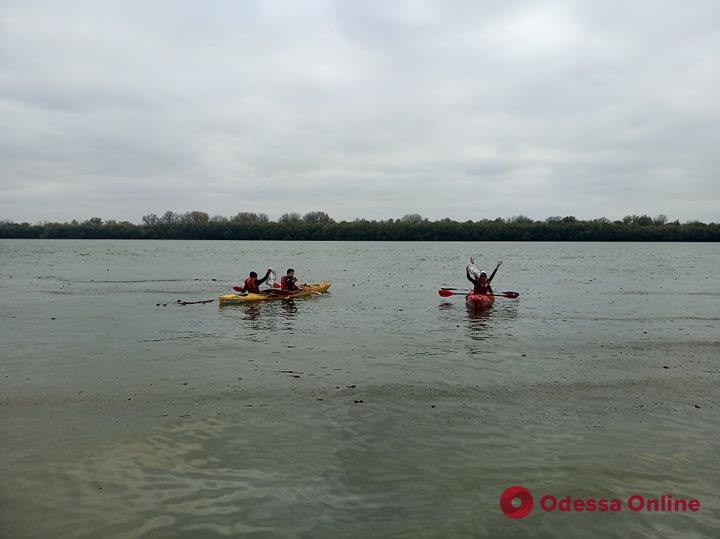 Измаильские портовики и каякеры ликвидировали нефтяное пятно на Дунае