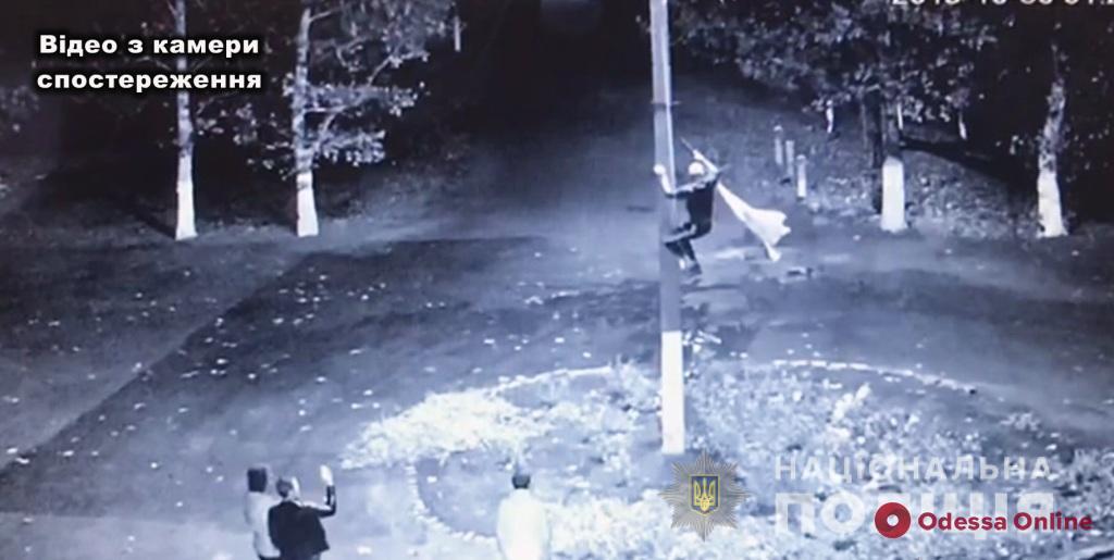 Под Одессой парень сорвал государственный флаг и вытер об него ноги (видео)