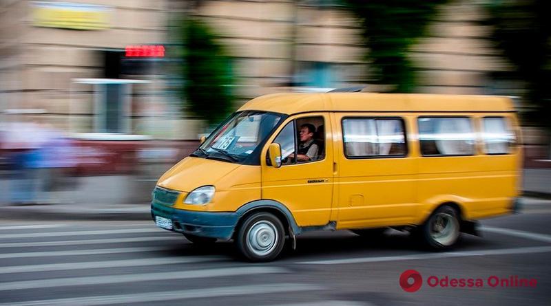 В Одессе из маршрутки на ходу выпала женщина