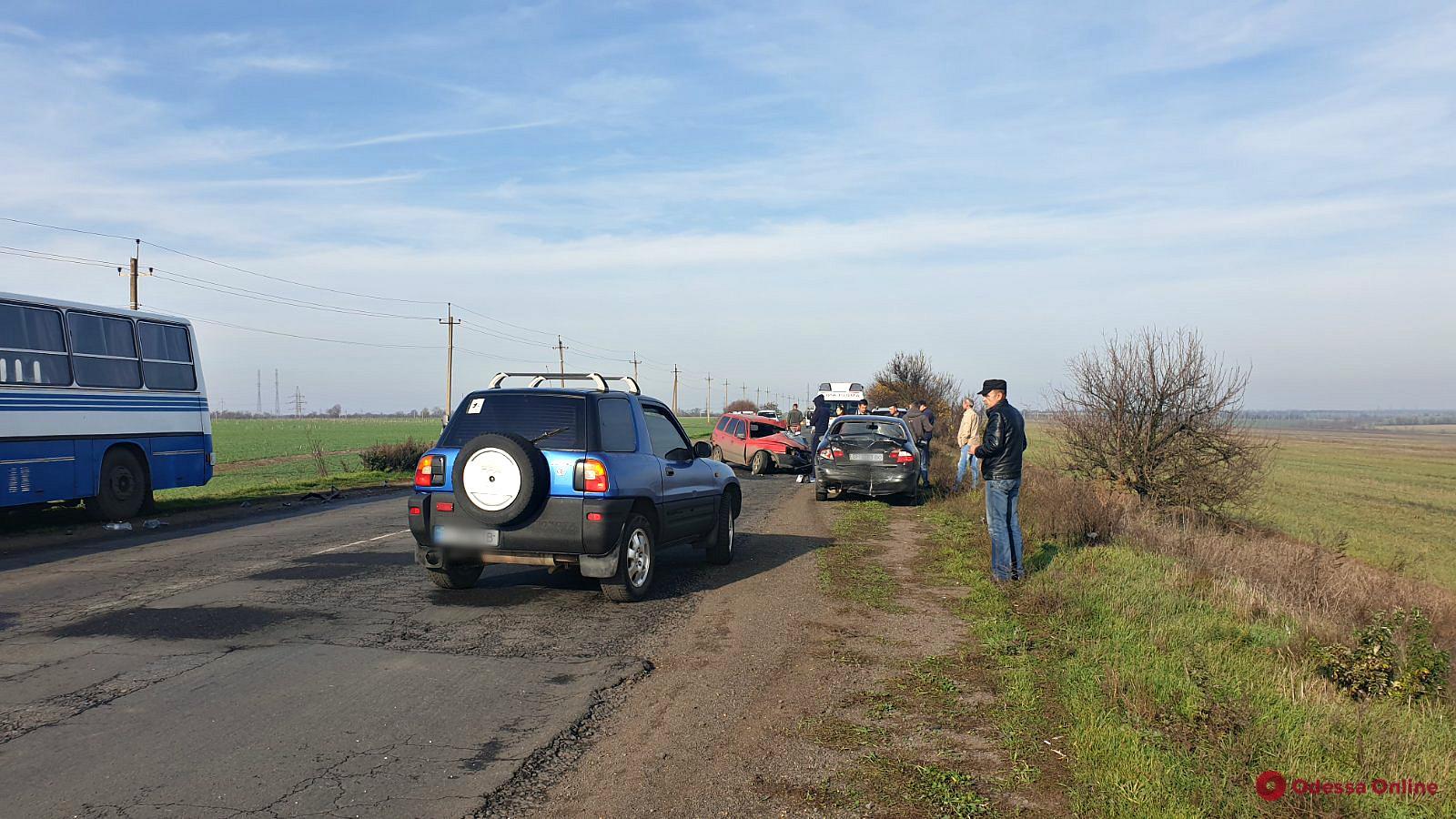 Под Одессой столкнулись пять автомобилей и автобус