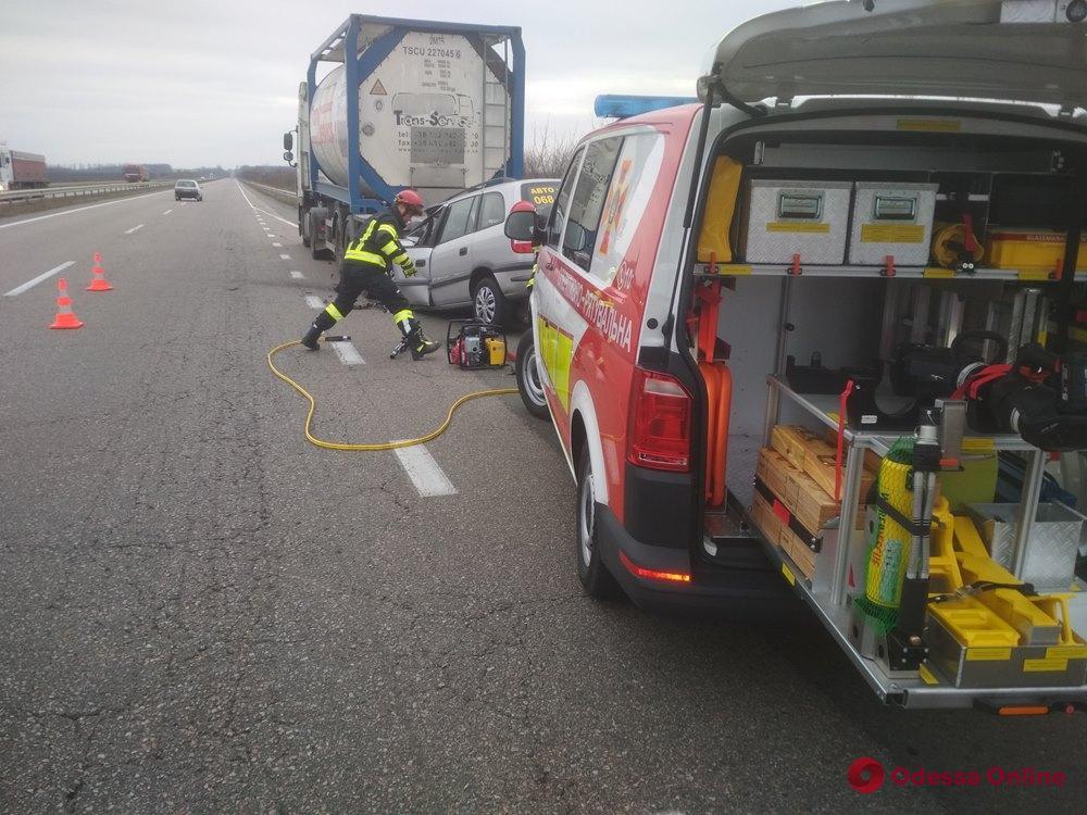 Смертельное ДТП на трассе Киев—Одесса: погибшего водителя доставали спасатели