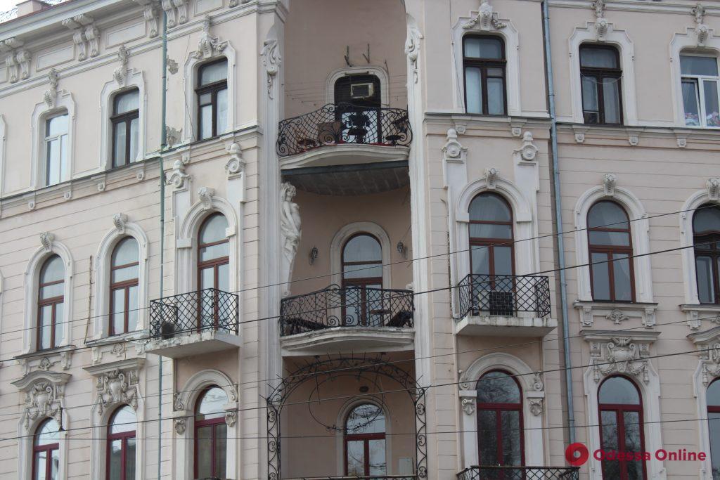 Обвалившуюся кариатиду с дома Имбера на Преображенской восстановят