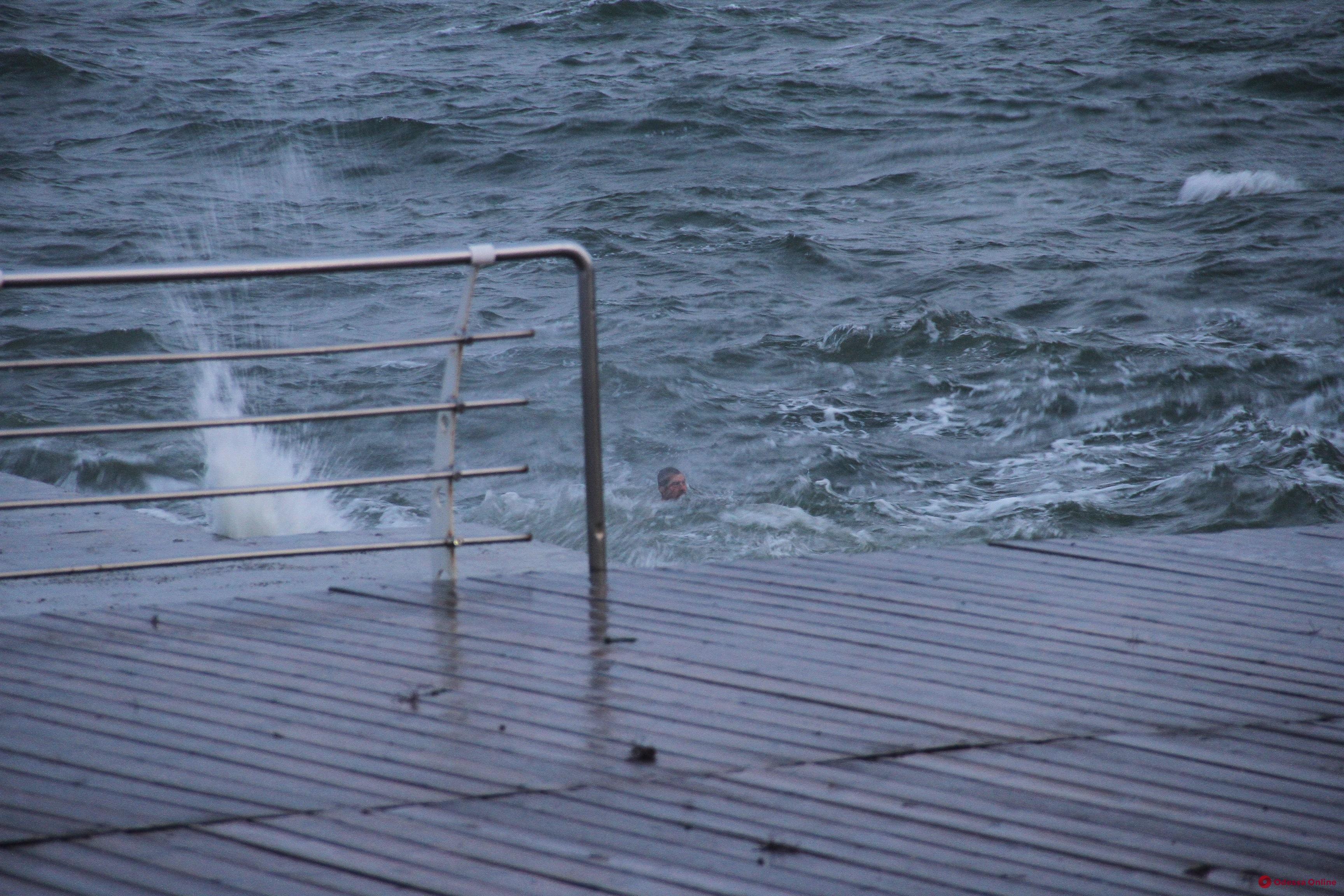 На Ланжероне пьяный мужчина пошел купаться в шторм и не смог выбраться (видео)