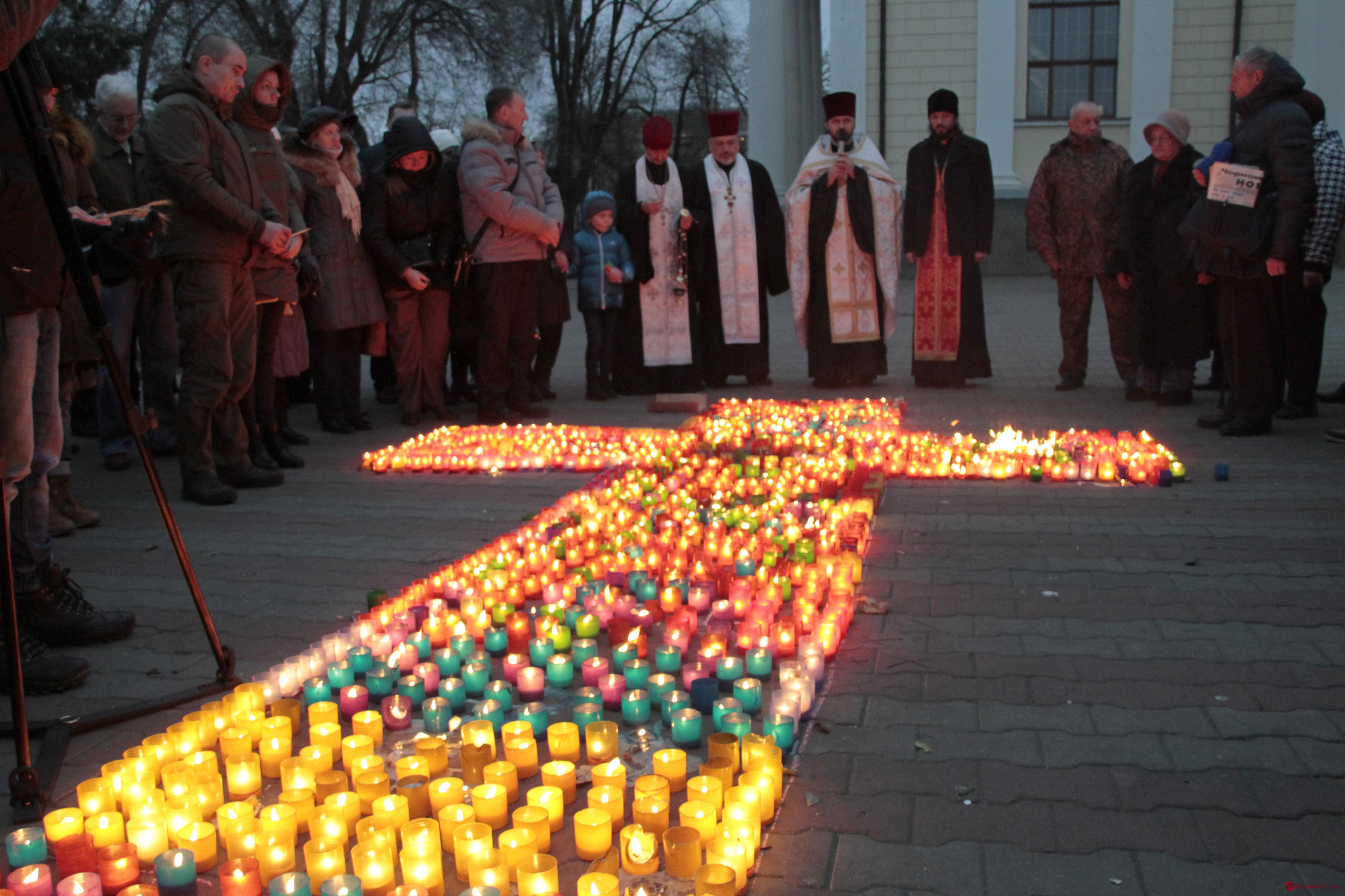 На Соборной площади зажгли сотни свечей впамять ожертвах Голодомора