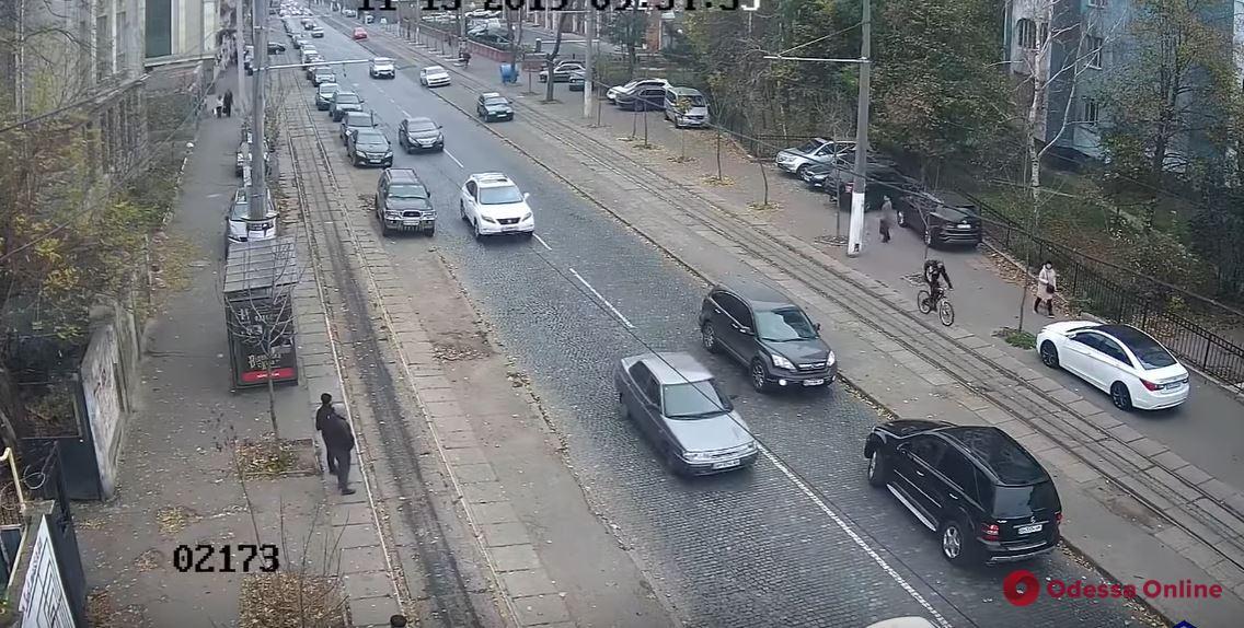 «Автохамка года»: как леди на «Мерседесе» ездила по встречке и парковалась на трамвайных рельсах (видео)